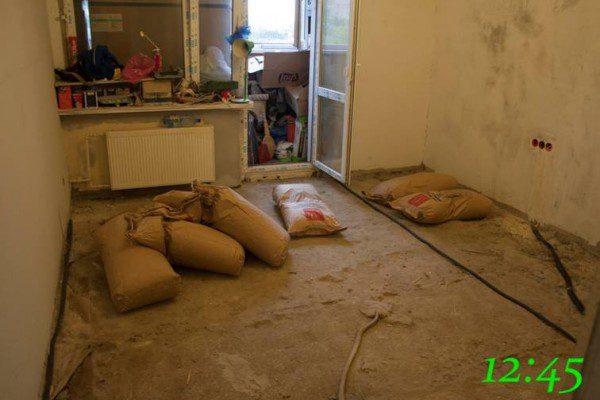 Занос материла для сухой стяжки в комнату