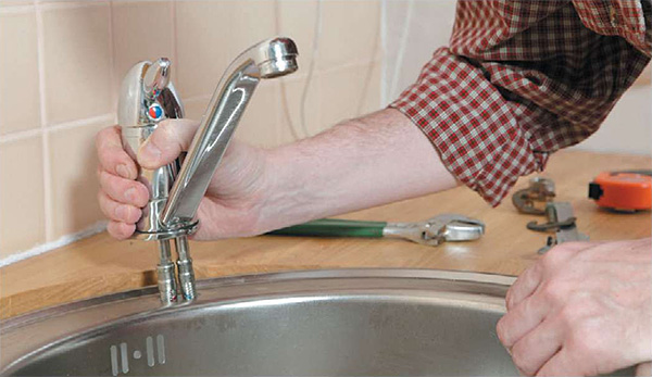 Как поменять смеситель на кухне своими руками не снимая фото 269