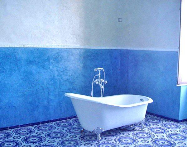 Синий цвет стен в ванной