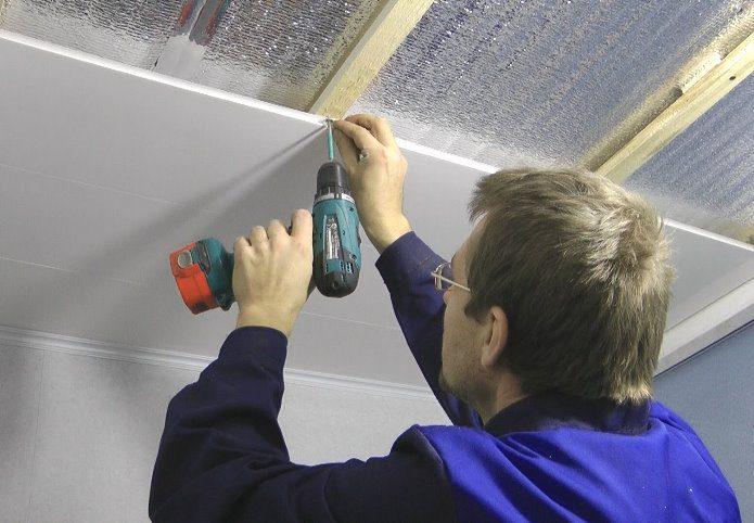 монтаж потолка в деревянном доме из бруса
