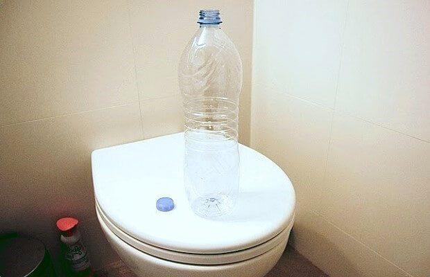 Пластиковая бутылка и унитаз
