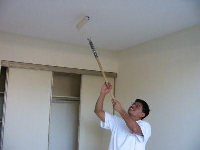 побелка потолка длинным валиком