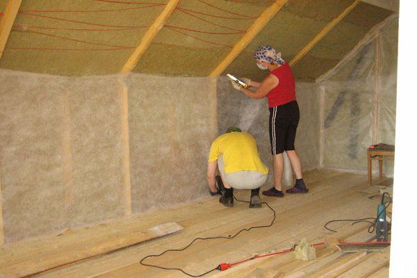 Работа по утеплению потолка минеральной ватой