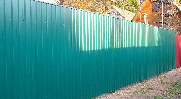 Зелёный забор из профлиста
