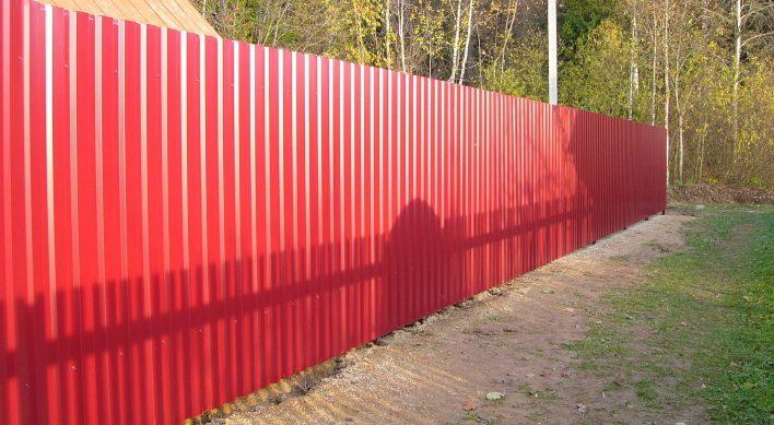 Забор из бордового профлиста