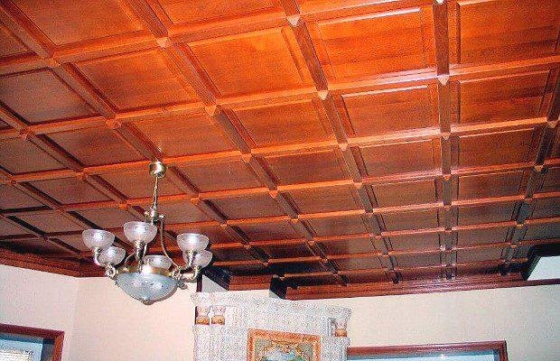 Подвесной потолок из деревянных панелей