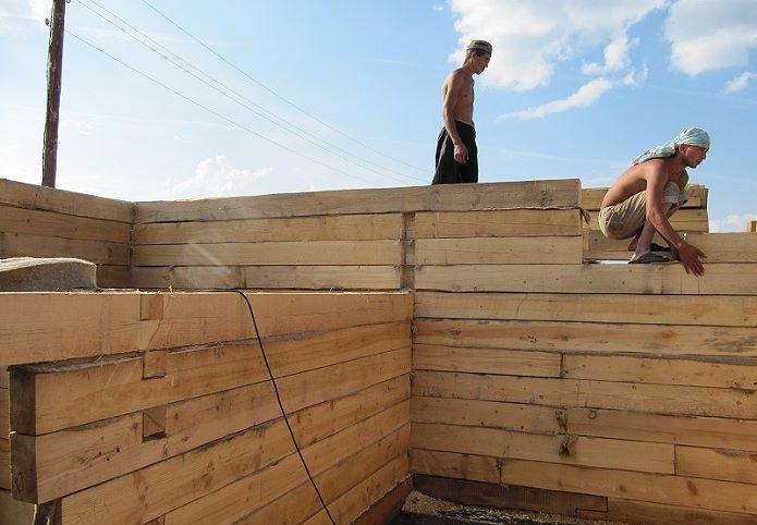 бригада строит дом из бруса