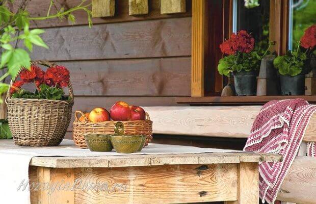 Стол из дерева с фруктами