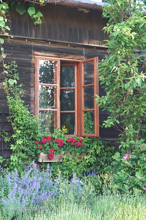 Окно старом деревенском доме