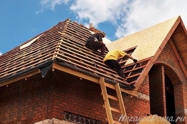 Бригада строителей на крыше
